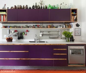 23-decoracao-apartamento-colorido-cozinha-armario-roxo